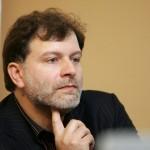 Kultūros istorijos tyrinėtojas, visuomenės veikėjas, straipsnių politikos, kultūros, socialinių procesų Lietuvoje temomis autorius Darius Kuolys.